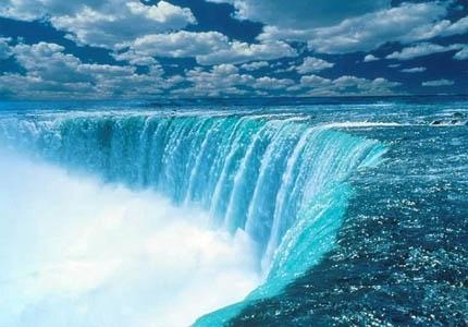 A képen egy vízesés látható